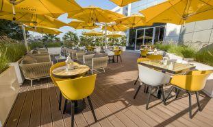 parasol-bras-fixation-jaune-terrasse